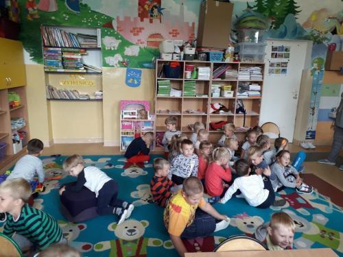 Dorośli czytają dzieciom